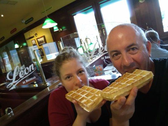 Compiegne, Francja: Ma fille et moi, sur une gaufre aussi excellente que le reste du repas
