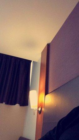 Premier Inn London Putney Bridge Hotel: Spotless but slightly dark room