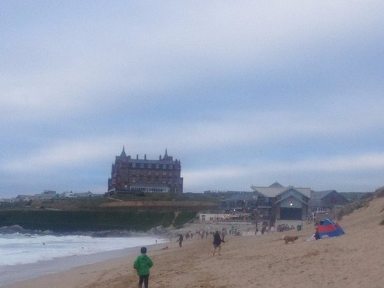 Ньюквей, UK: Fistral Beach with the glorious hotel on the headland in the distane