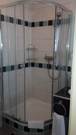 ger umige dusche mit kr ftigem wasserdruck bild von waldhotel forsthaus remstecken koblenz. Black Bedroom Furniture Sets. Home Design Ideas