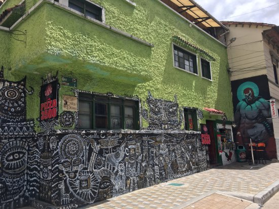 Traditioneel huis versierd met graffiti foto van barrio la
