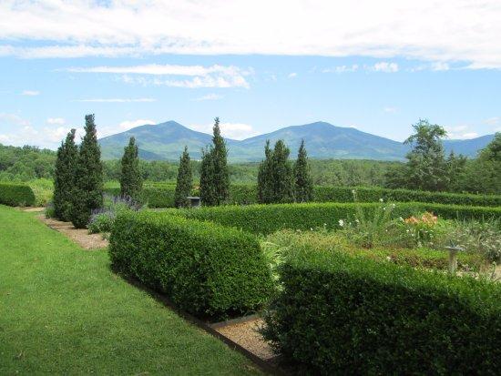 Bedford, VA: Farmhouse Garden View