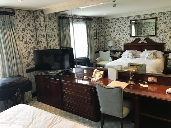 The Chesterfield Mayfair: Beautiful traditionally renovated room on the 6th floor, with more than enough space for my big