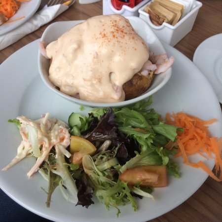 Campbeltown, UK: jacket potato prawn Marie Rose