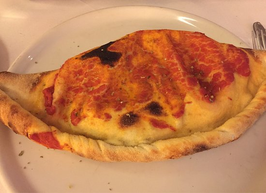 Morfelden-Walldorf, Γερμανία: Calzone, Beilagensalat und Avocado vorneweg - leeecker