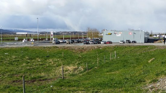 Egilsstadir, Islandia: Nearby shopping precinct and garage (3 minutes walk).