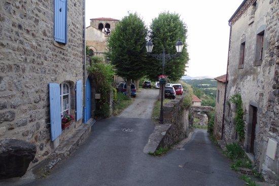 Le Prieure: parking de l'église