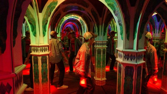 Magowan's Infinite Mirror Maze: The challenge is to find the way through the maze of mirrors. Multiple images astonish you.