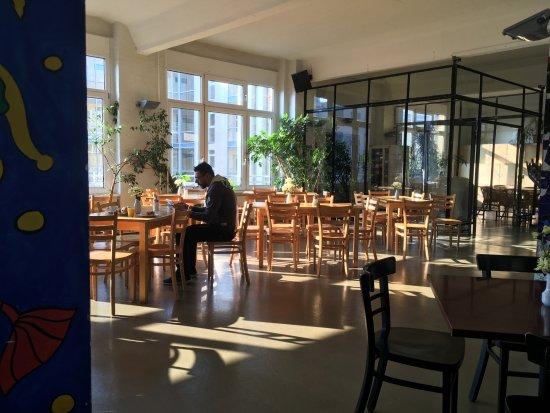 Hotel Transit Loft: Breakfast room lobby open 24/7.
