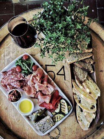 Martinborough, New Zealand: Summer lunch platter at the Cellar Door