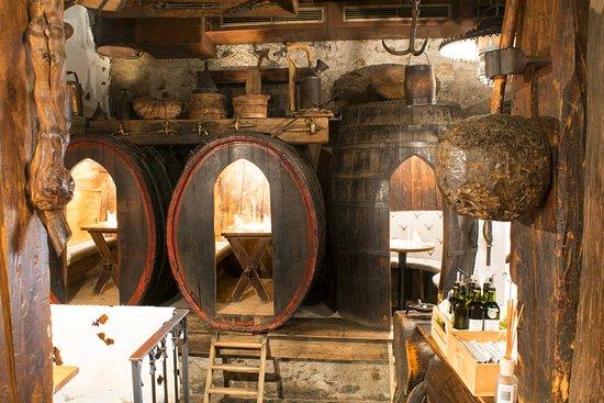 Chiusa, Italia: Le botti dentro la vecchia cantina