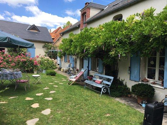 A l'Ombre Bleue : la cour , le bâtiment principal (cuisine séjour et chambres à l'étage)