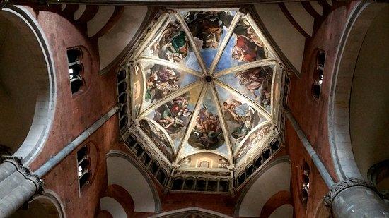 Piacenza, Italy: Cupola e affreschi del Guercino.
