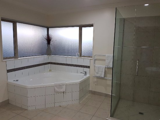 Hot Springs Motor Lodge: SPA BATH AND WALK IN SHOW IN LARGE BATHROOM