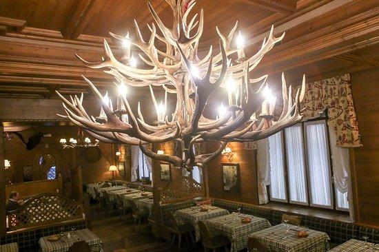 Lampadario con corna di cervo picture of la taverna for Corna cervo