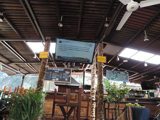 Ecopackers Machupicchu: Bar y sector de living para poder mirar la tele