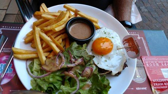 Les 3 Brasseurs : Hamburger with egg.