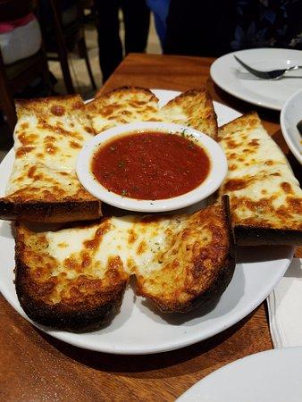 """คาร์ลเพลซ, นิวยอร์ก: My """"free"""" garlic bread with cheese appetizer $5.95 value!"""