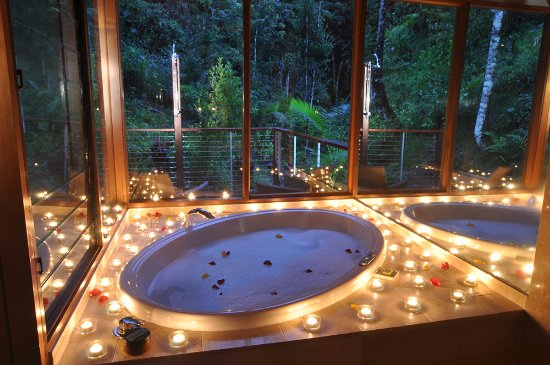 Upper Crystal Creek, Australia: Glass Terrace Bungalow, with the romantic candle surprise. This is a two person 200 litre oval s