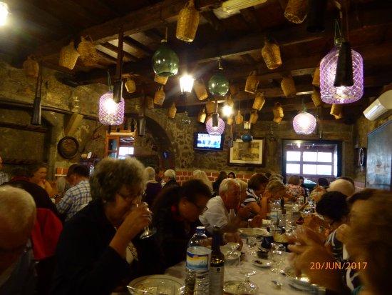 Restaurant Adega Lusitania: Paredes de pedra.