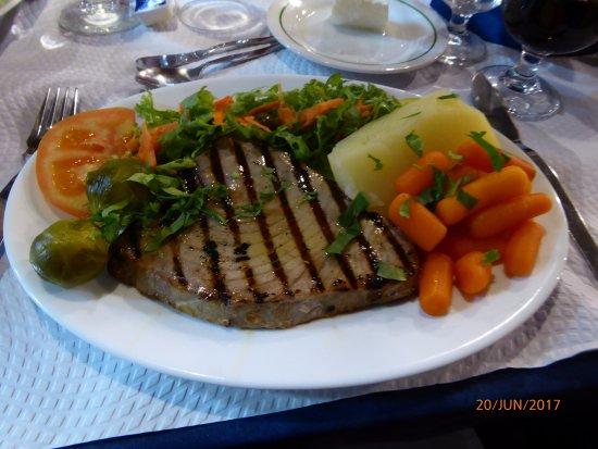 Restaurant Adega Lusitania: Atum grelhado com todos.