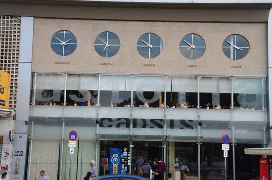 Capsis Astoria Heraklion Hotel: 正面には世界の時間がわかる時計が