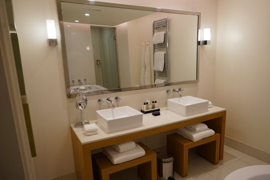 Chandler's Cross, UK: Mansion Deluxe Room - nice dual vanity