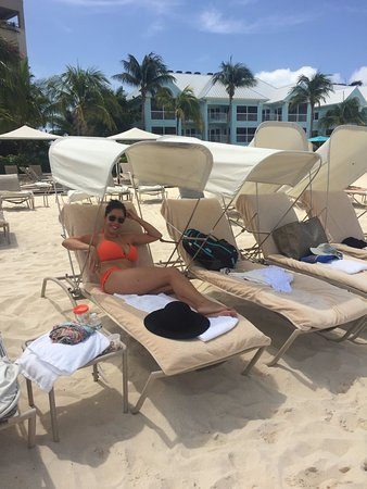 The Ritz-Carlton, Grand Cayman : Beach chairs have shades for relief from the hot sun!
