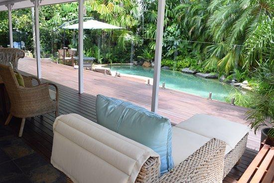 Clifton Beach, Australie : Relax on the veranda overlooking the pool.