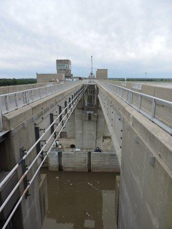 Alton, IL: top of dam looking towards Missouri