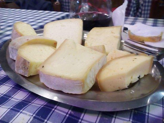 Trausella, Italy: formaggi portati al tavolo a tranci, si mangia quello che si vuole :-)