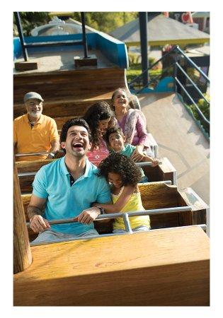 สวนสนุกวอนเดอร์ลา: GetCloser with your family on the pirate ship, a swing in the shape of a wooden craft.