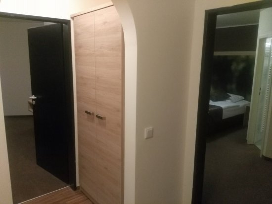 Le Petit Hall Dentrée Avec Banc Pour La Valise Et Une Des 2