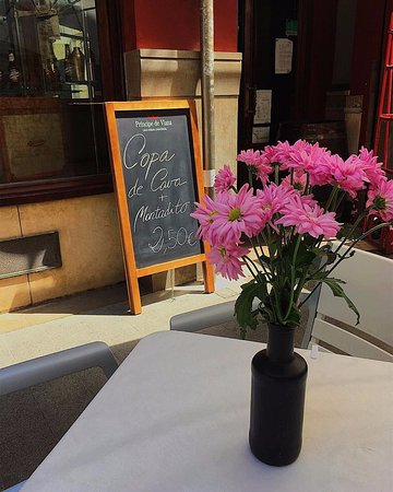 Bodega El Mercat: Nuestra terraza invita a tomar un aperitivo con vermut casero