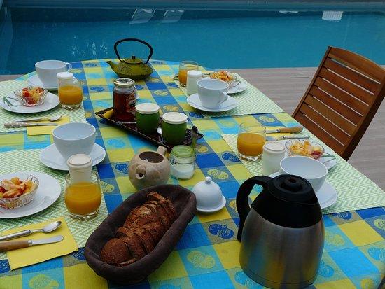 Orgnac-l'Aven, Francia: Petit-déj bleu piscine !
