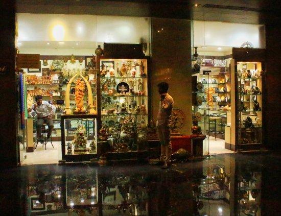 Crowne Plaza Kochi: Souvenir Shop at the Hotel