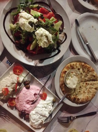 Chora, กรีซ: Greek Salad, dips and bread