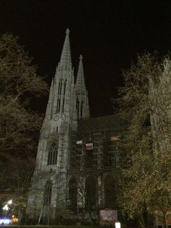 Hotel Regina: Votivkirche bei Nacht