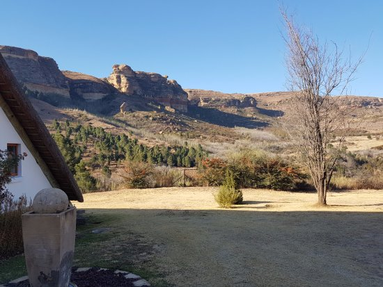 Fouriesburg, แอฟริกาใต้: The chapel on the hotel grounds with the mountains in the background