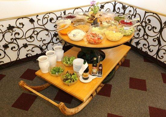 Nesselwaengle, Austria: Täglich reichhaltiges Salatbuffet...