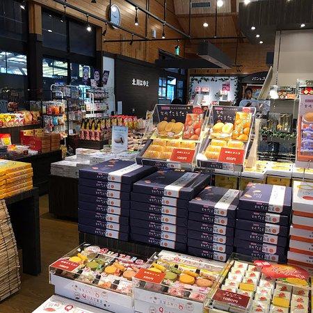 Nobeoka, Japonia: 南のお土産コーナーは、特に商品が多い