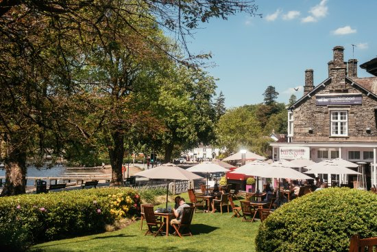 Waterhead Hotel: The hotel and our lakeside garden.