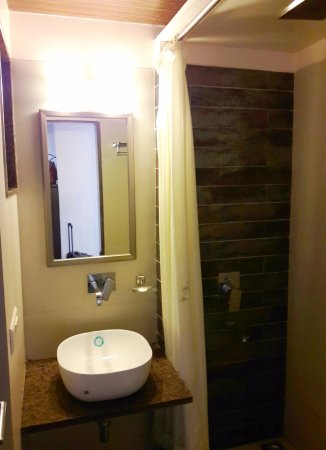 Sunny's Retreat: Wash Basin & Shower Area
