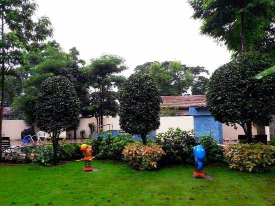 Sunny's Retreat: Garden Area with Childrens Play Equipment