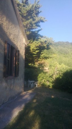 San Venanzo, Włochy: Noi stavamo qui; è una casetta in pietra un po' più in alto del complesso