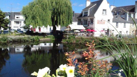 Pontivy, France : Terrasse ombragée. Au bord du Blavet?