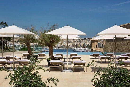 The Phoenicia Malta: Hotel infinity pool overlooking the harbour