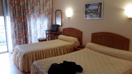 Saint-Sulpice-la-Pointe, France: Deux lits et la baie vitrée (sur rue)