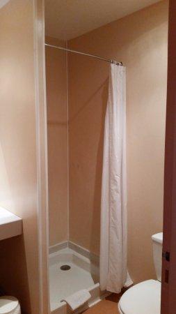 Saint-Sulpice-la-Pointe, France: Cabine douche avec un rideau...