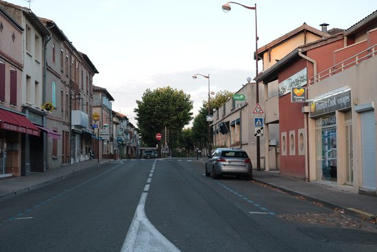 Saint-Sulpice-la-Pointe, Frankrike: Le mur rouge à droite, c'est l'hôtel le Cocagne